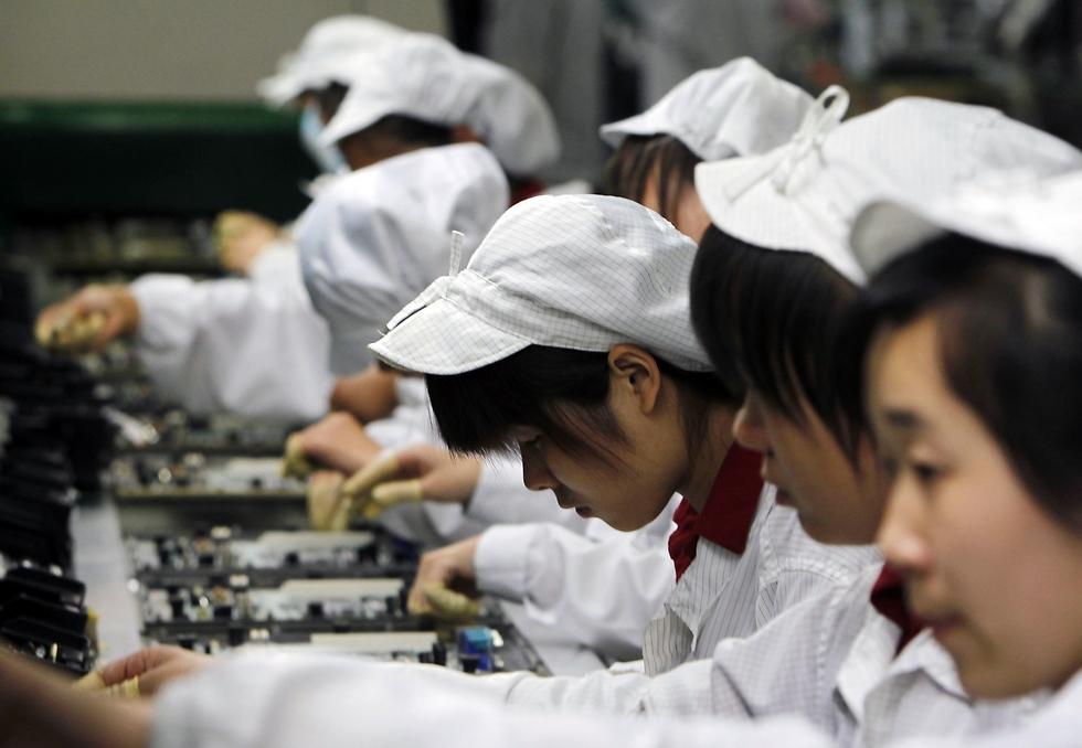 עובדות בפס הייצור של אפל בסין (צילום: AP)