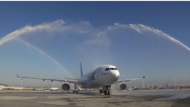 """טקס קבלת הפנים למטוס אייר טרנסאט, הבוקר בנתב""""ג (צילום: ירון שרון)"""