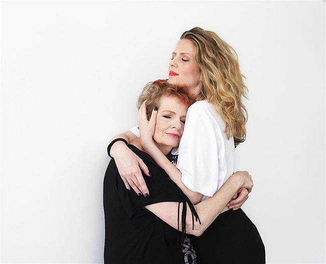 דבורה אורבך ואמה (צילום: דנה אפל) ( )
