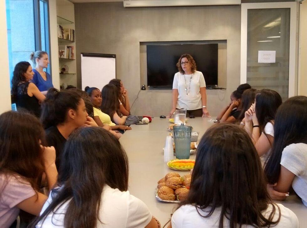 עופי זיסר עם תלמידות מקווה ישראל