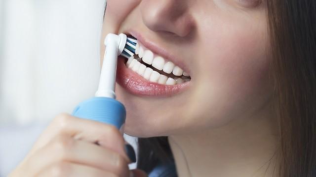 מברשת שיניים חשמלית. מיומנות צחצוח (צילום: shutterstock)