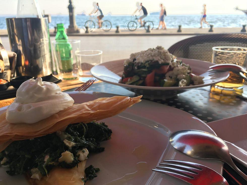 כמתבקש: סלט יווני ומאפה גבינות מול הים בסלוניקי ()