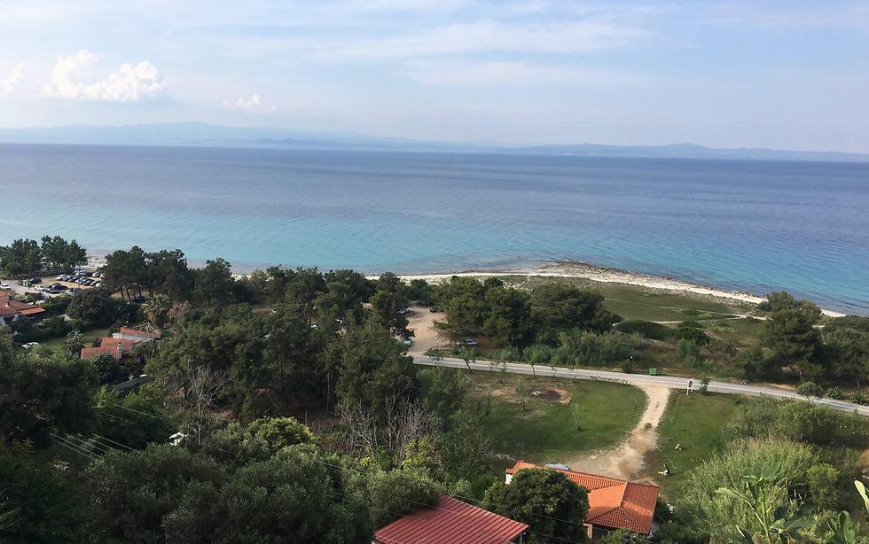 הנוף שנשקף מהמדרחוב הראשי בעיירה אפיטוס ()