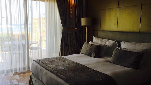 להתעורר עם נוף ראשון לחוף הים: חדר השינה באחת הסוויטות של מלונות סאני ביץ' ()