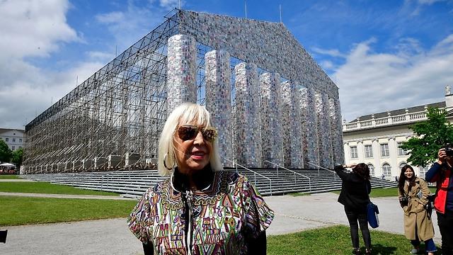 האמנית מרתה מינוחין על רקע המיצב (צילום: Getty Images)