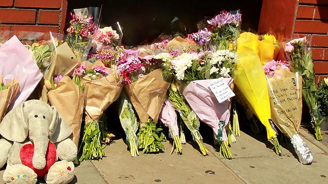 פרחים לזכר ההרוג ולמען הפצועים. מוסלמים טוענים: זו לא אותה סימפתיה (צילום: EPA)