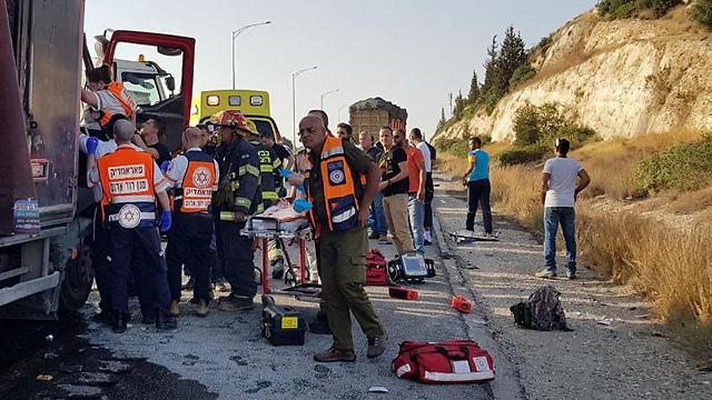 """ליד מקום התאונה בכביש 6 ( צילום: תיעוד מבצעי מד""""א)"""