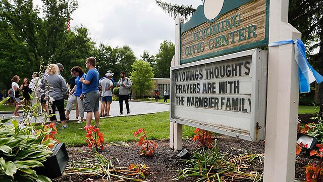 """""""תפילותינו עם משפחת ורמבייר"""". שלטי תמיכה בוויומינג (צילום: AP)"""