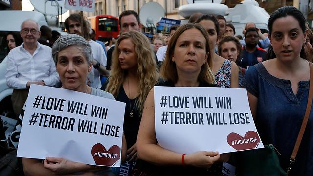 """""""האהבה תנצח, הטרור יפסיד"""". הפגנה נגד השנאה בלונדון (צילום: AP)"""