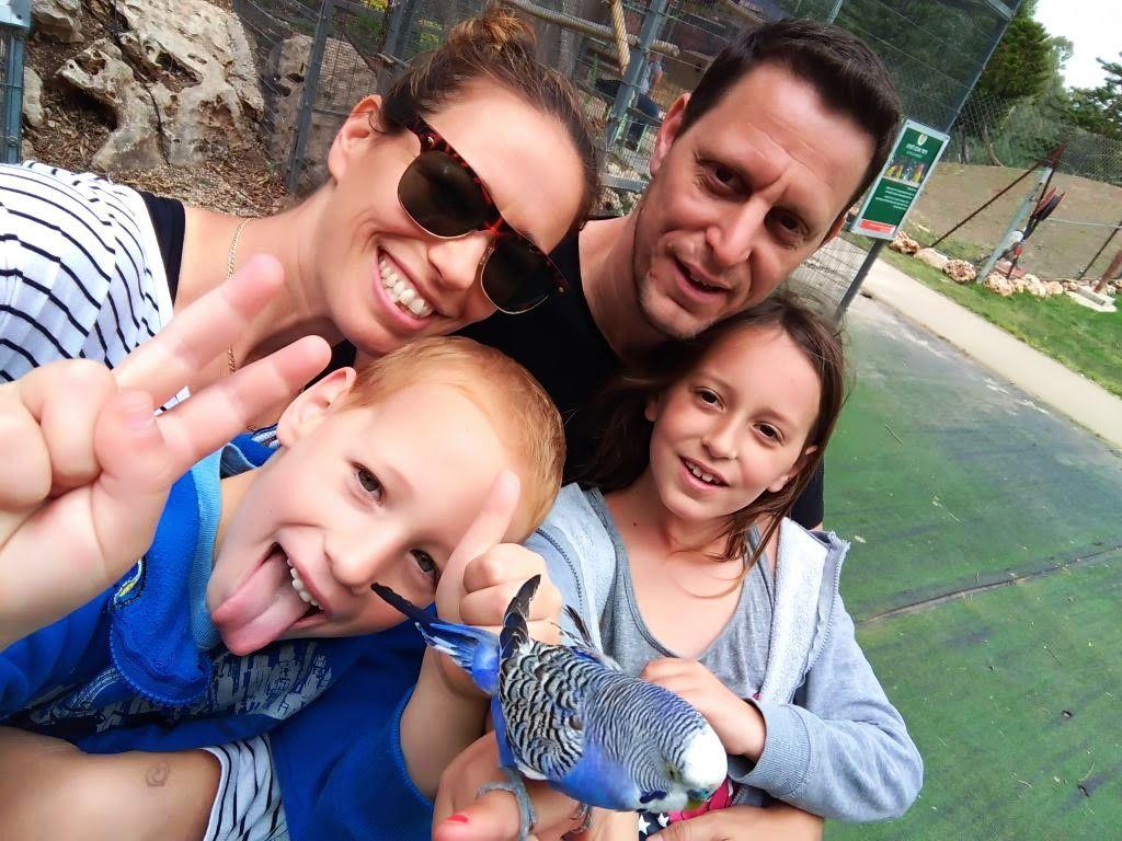 קורנבליט עם זוגתו ושניים מילדיו ()