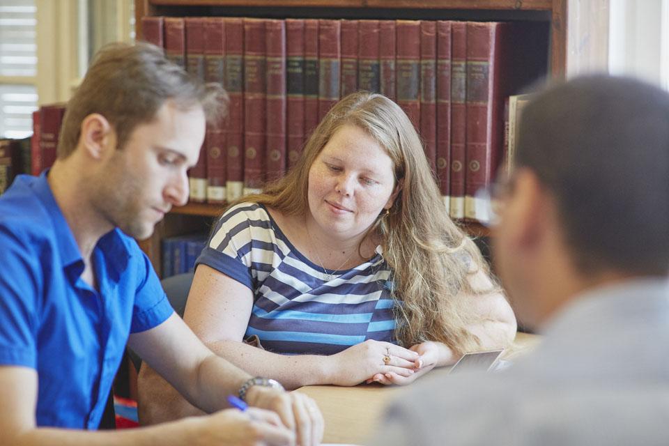 Мики и Влад Буслович подписывают документ у адвоката. Фото: личный архив