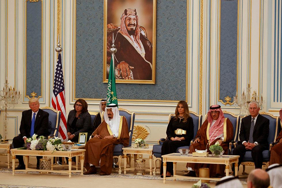 בצד ימין: מוחמד בן נאיף. בצד שמאל: המלך סלמאן  (צילום: AP) (צילום: AP)