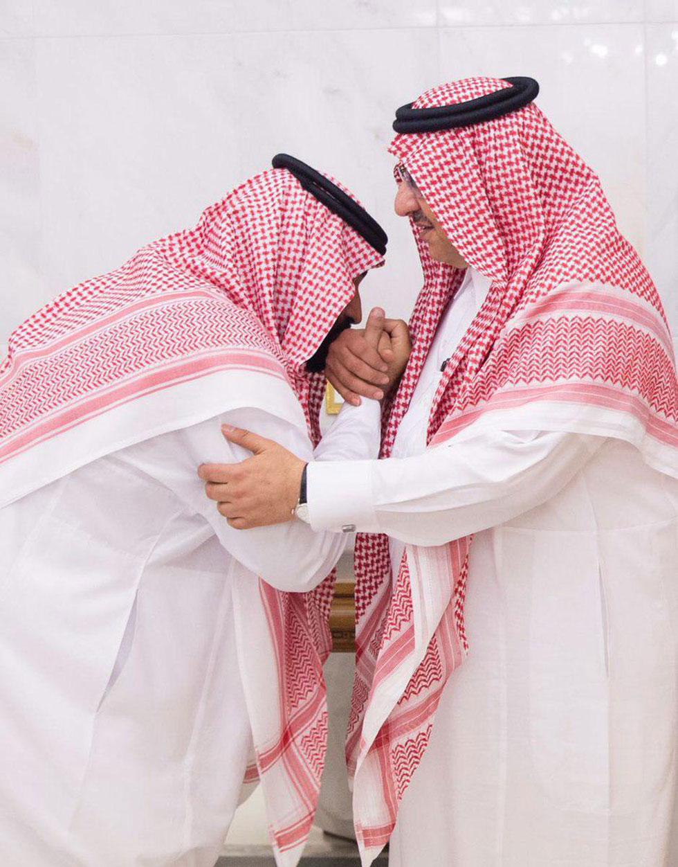 מוחמד בן סלמאן מנשק את ידו של מוחמד בן נאיף לאחר ההודעה על ההדחה והמינוי ()