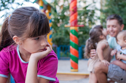 """כשיש בבית ילדים נוספים, הילדים """"הנודדים"""" מסתובבים עם תחושת פספוס  (צילום: Shutterstock)"""