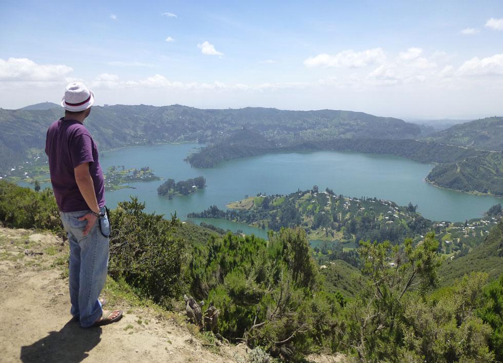 """רבינוביץ' צופה על אגם וונצ'י שבמערב אתיופיה. """"ההיסטוריה מרתקת, הנופים מטריפים""""  (צילום: עמנואל הראל)"""