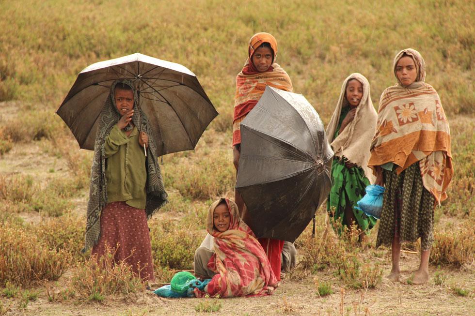 """ילדים אתיופים ביום גשום. """"בטיול הראשון ירדתי 20 קילו בחצי שנה, כי לא אכלתי כמעט כלום. עם הזמן למדתי להסתדר""""   (צילום: גלעד רוזנברג)"""