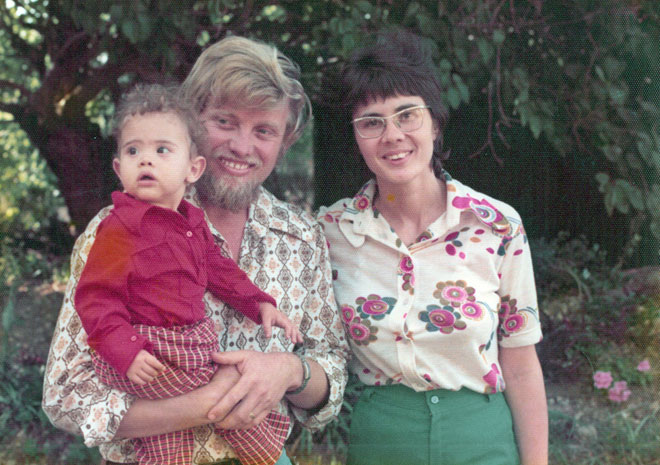 """בילדותה, עם הוריה בחצר הבית ברחובות. """"כנראה קיבלנו מסר על מימוש עצמי"""" (צילום: מתוך אלבום פרטי)"""