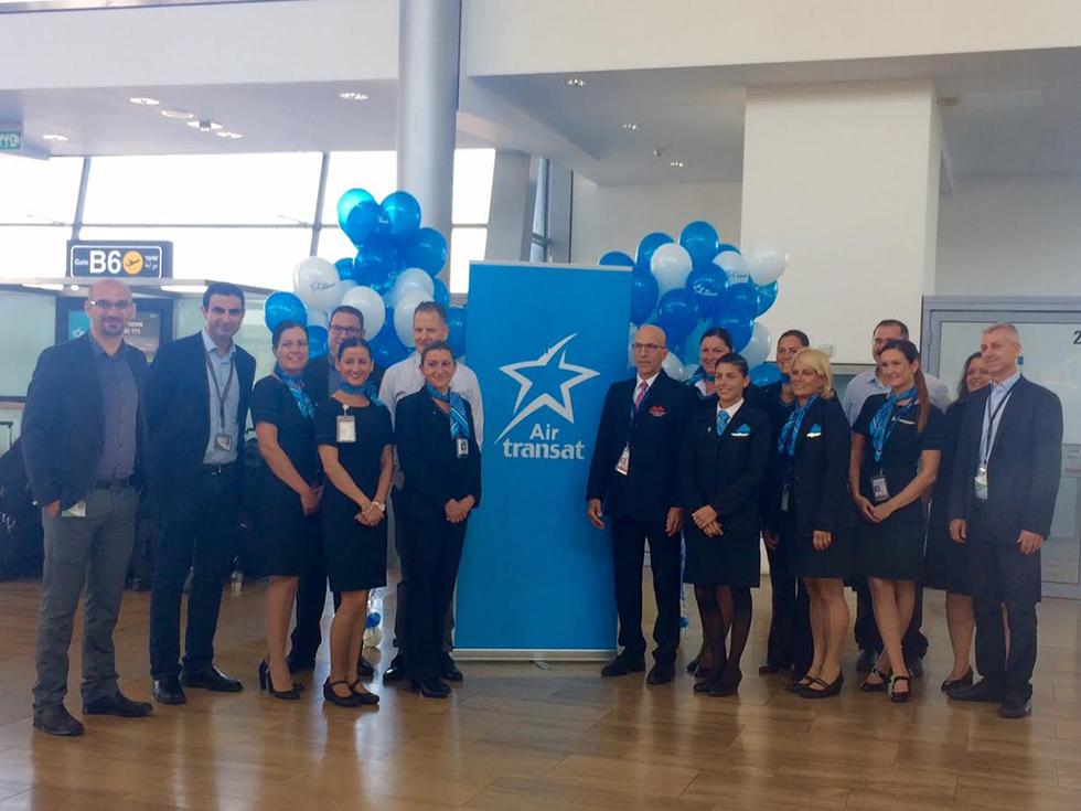 מנהלי טל תעופה וצוות האוויר של טיסת הבכורה לישראל (צילום: סשה) (צילום: סשה)