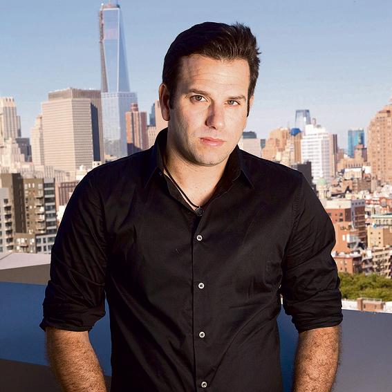 במרפסת דירתו בניו־יורק | צילום: נדב נויהוז