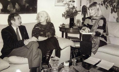 רומן (מימין) עם אלי ויזל ואשתו מריון בביתם בניו יורק, 1986 (צילום: בני מוזס)