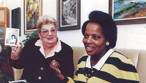 פאטמה ברנאווי ורעיה אפשטיין, 1995. נפלו זו לזרועות זו כשתי ידידות ותיקות (צילום: אלבום פרטי)
