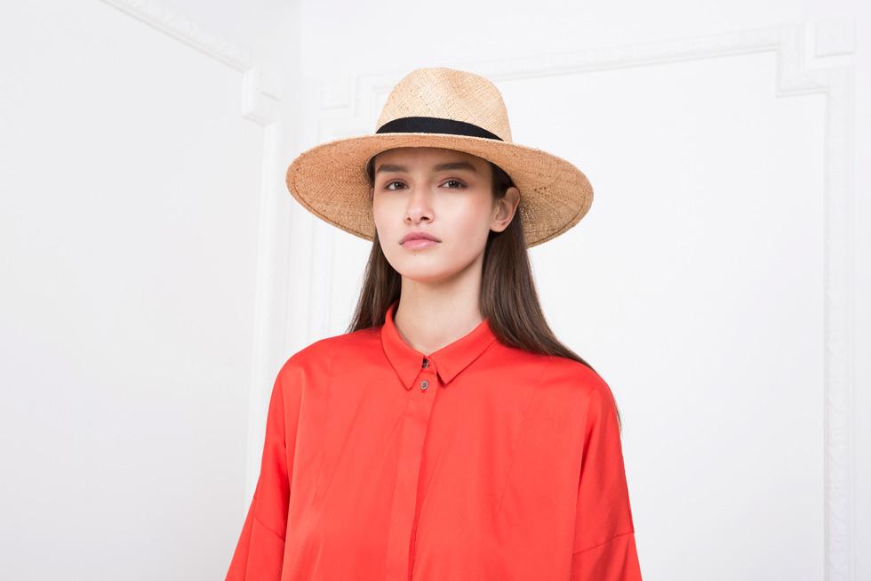 השילוב בין השמש הקיצית לטרנדים מהמסלולים בעולם הפך את הכובע לפריט מבוקש במיוחד. מאיה נגרי (צילום: תום מרשק)