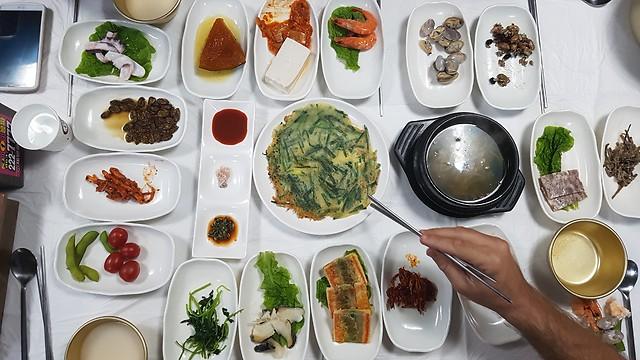 פתיחת שולחן קוריאנית. מיני דגים ותולעים ולצדם יין-אורז  (צילום: אייל להמן)