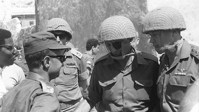 """הרמטכ""""ל רבין עם דיין, נרקיס וזאבי (צילום: במחנה, באדיבות ארכיון צה""""ל במשרד הביטחון) (צילום: במחנה, באדיבות ארכיון צה"""