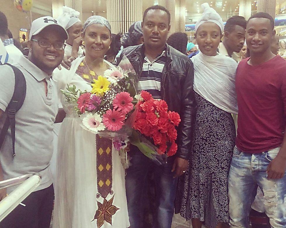 סוף סוף נפגשים בישראל: איינאה אהילה,  אמו ינוור, אחיו גאשאו, אשתו שוואיי, ובן הדוד מלקמו