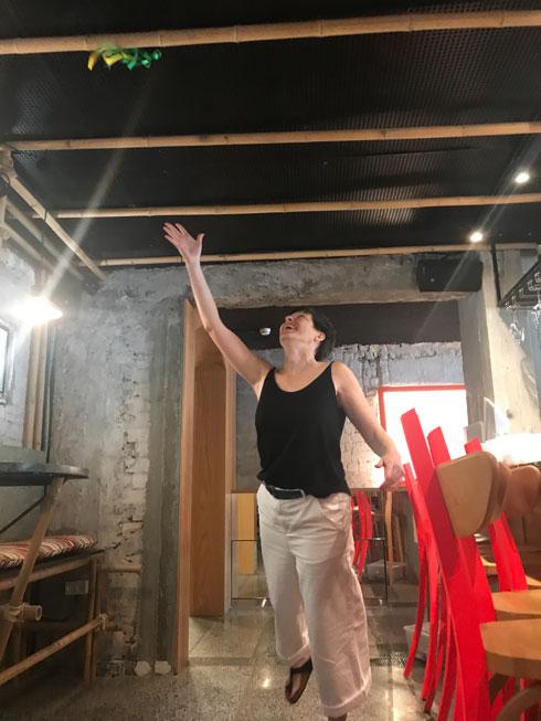 גטי זורקת סרט אל ''תקרת המשאלות'' (צילום: הילה שמר)