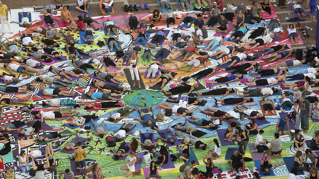 Israelis practice yoga during the International Yoga Day at the Rabin square in Tel Aviv (Photo: AP)