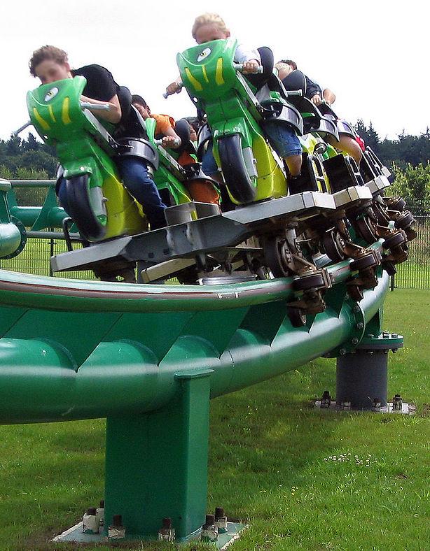 זה אופנוע או רכבת הרים? גם וגם בפארק Attractiepark Toverland בהולנד