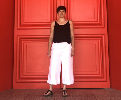 סיגולן גטי על רקע הכניסה האדומה בת''א, רגע לפני הפתיחה (צילום: הילה שמר)
