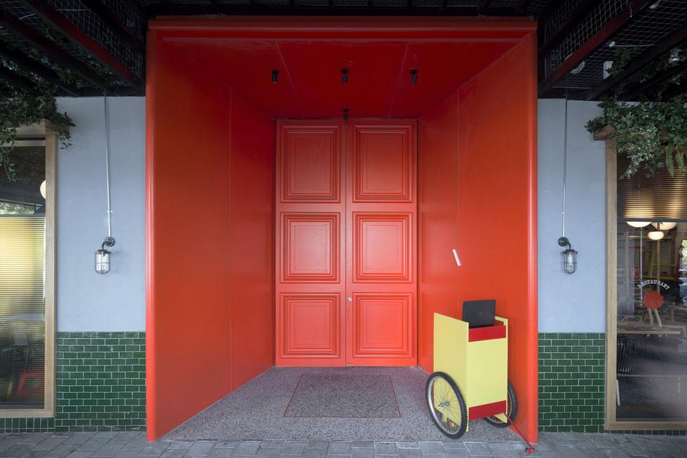 הבזק של אדום נועז בפינה הדרום-מערבית של כיכר רבין מעורר סקרנות. כך נראית גם הכניסה של ק-פה האנוי בפריז, המסעדה האם (צילום: גדעון לוין)