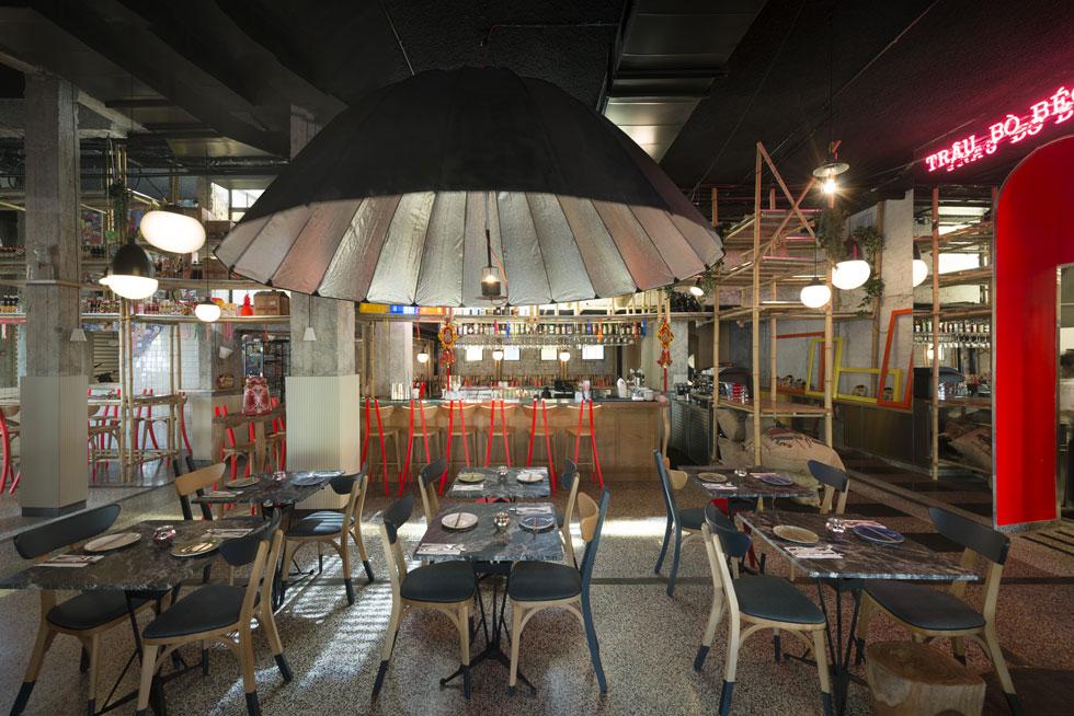 המסעדה המחולקת לאזורי ישיבה בסגנונות שונים. ''בווייטנאם אוכלים בכל מקום ובכל צורה, זו האווירה שניסינו להכניס הנה'', אומרת האדריכלית הצרפתייה סיגולן גטי, שניהלה את השיפוץ והעיצוב. רהיט מדפים מבמבוק משמש לתצוגה ולהפרדה בין החלק הקדמי של המסעדה לאחוריה (צילום: גדעון לוין)