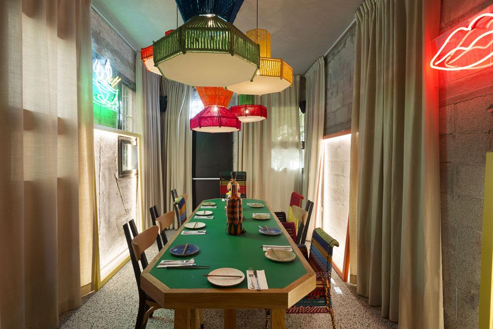 החדר הפרטי במסעדה עוצב כחדר משחקים, עם שולחן ירקרק שמזכיר שולחן סנוקר (צילום: גדעון לוין)