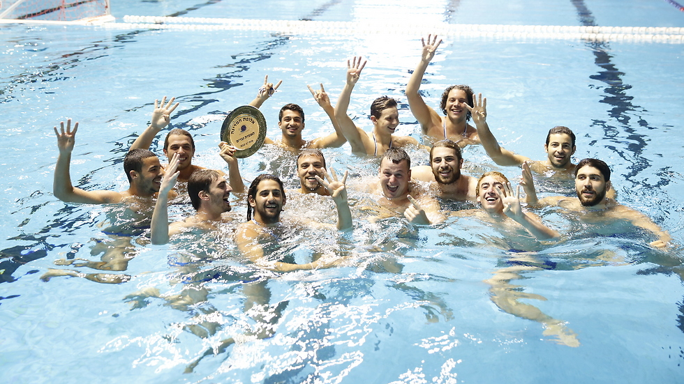 השחקנים עם הצלחת (צילום: יוסי לזרוף) (צילום: יוסי לזרוף)