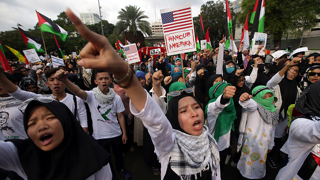 מפגינים נגד מדינת ישראל ובמקביל ממשיכים לעשות עסקים (צילום: EPA)