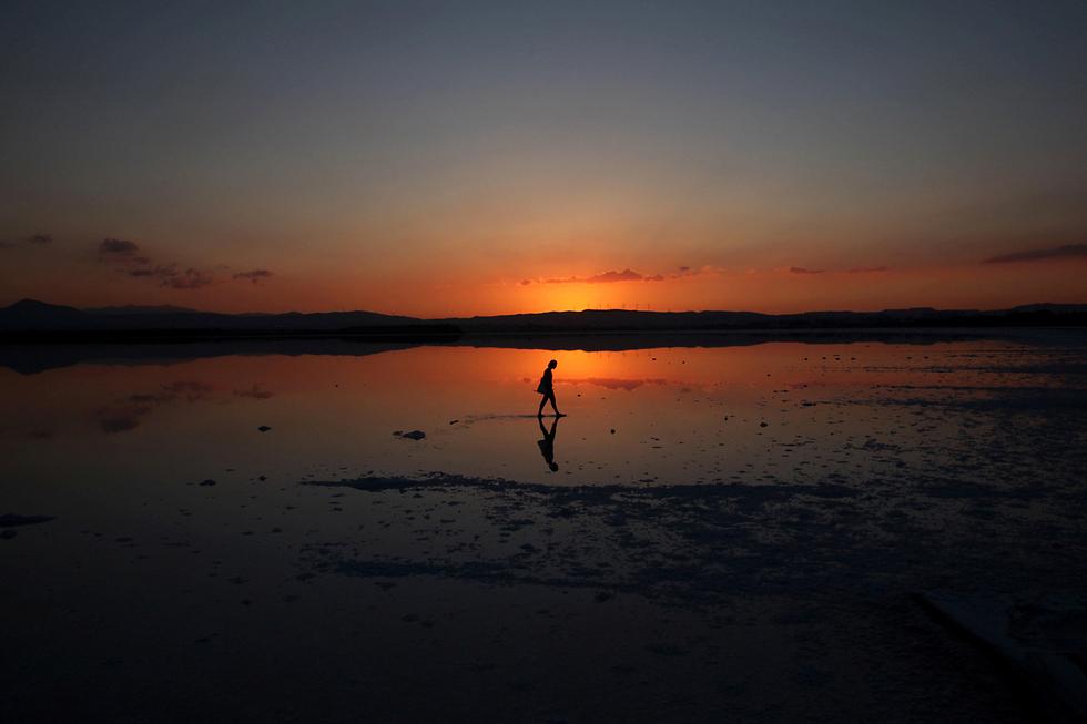 שקיעה באגם מלח בלרנקה, קפריסין (צילום: רויטרס)