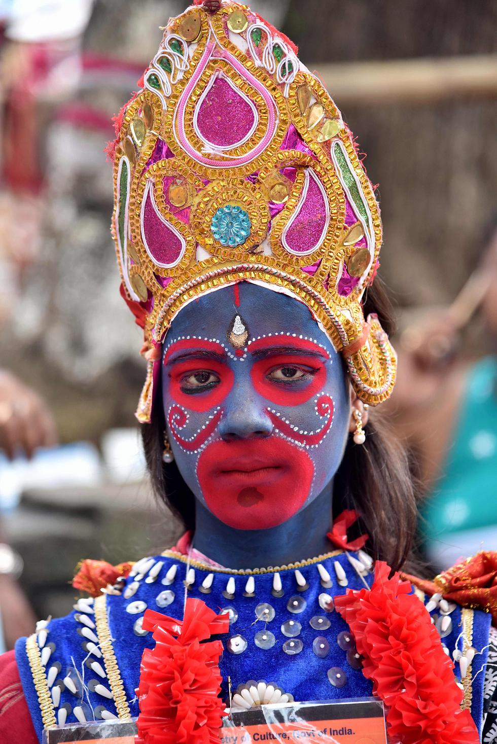 הודית לבושה כאלה קאלי בפסטיבל אמבובאצ'י השנתי בגווהאטי, הודו (צילום: AFP)