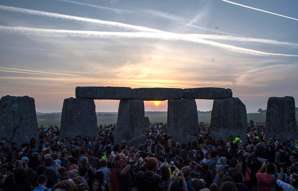 חוגגים בזריחה ביום ההיפוך בסטונהנג', אנגליה (צילום: AFP)