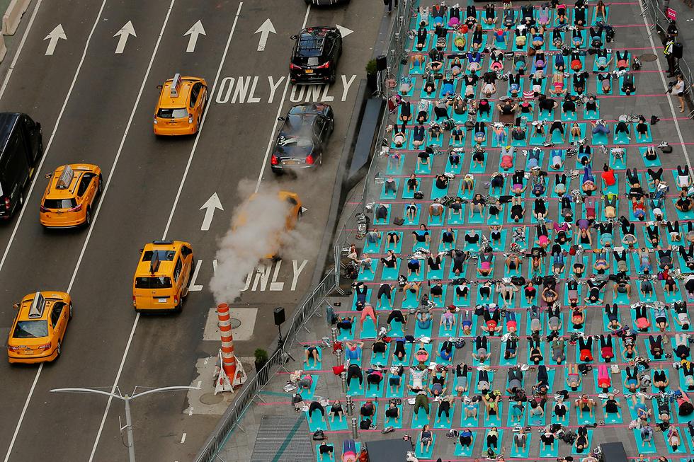 שיעור יוגה המוני בכיכר טיימס בניו יורק ביום היוגה הבינלאומי (צילום: רויטרס)