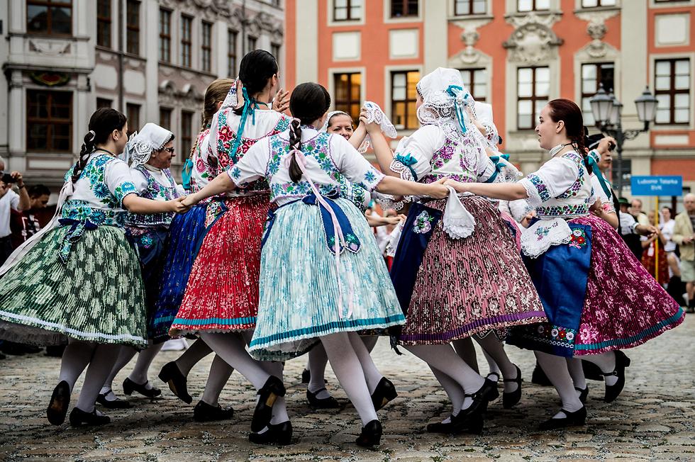להקת פולקלור מופיעה בפסטיבל הפולקלור הבינלאומי בבאוטזן, גרמניה (צילום: EPA)