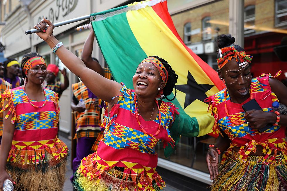 ריקודים אפריקניים בטקס הסרת הלוט מעל מצבת זיכרון בכיכר וינדרוש בלונדון (צילום: gettyimages)