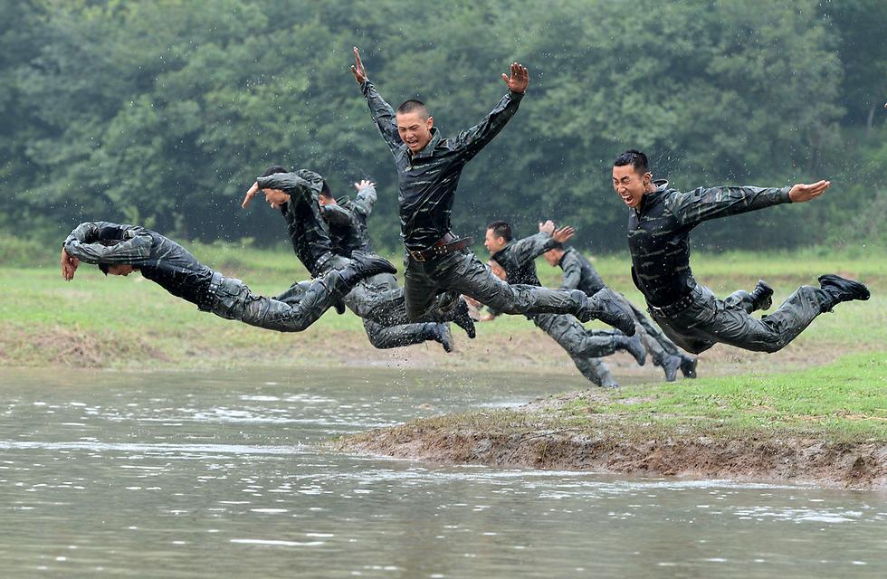 חיילים קופצים למים באימון צבאי בהיפיי, סין (צילום: רויטרס)