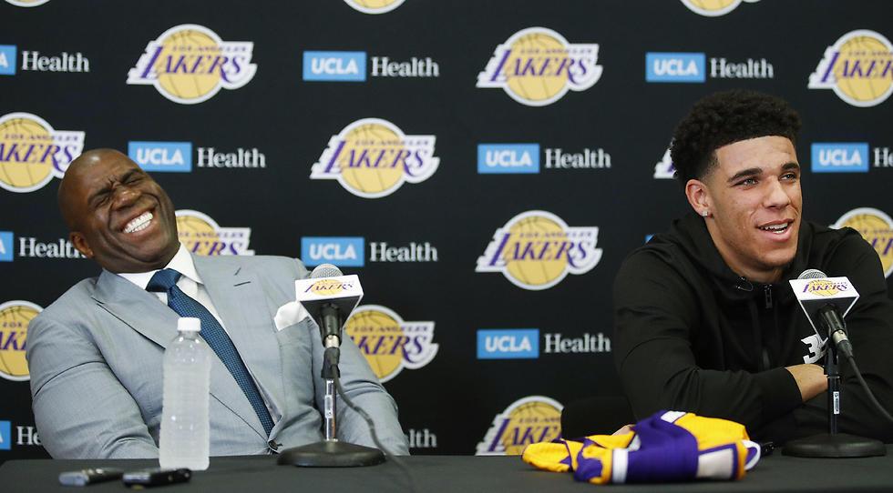 לונזו בול ומג'יק ג'ונסון. לברון מגיע (צילום: AP) (צילום: AP)