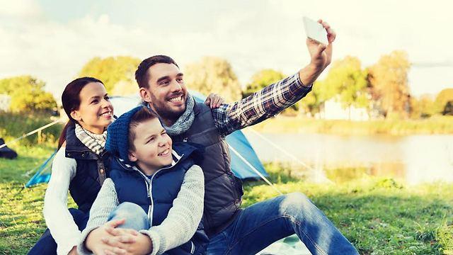 החליטו מי טוב יותר בבידור ומי טוב בלהרגיע את הילדים (צילום: Shutterstock) (צילום: Shutterstock)