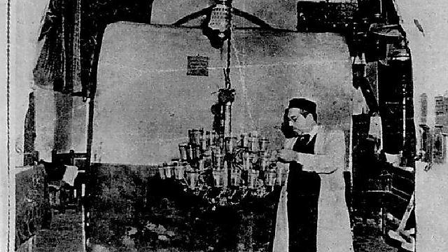 """שלמה אליהו פריימן מטיב את נרות השמן בקבר רחל (צילום: מתוך הספר """"על אם הדרך: סיפורו של קבר רחל"""" מאת נדב שרגאי) (צילום: מתוך הספר"""