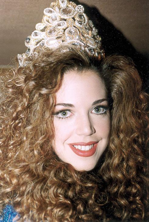 בטקס ההכתרה כמלכת היופי, 1994 (צילום: ששון משה)