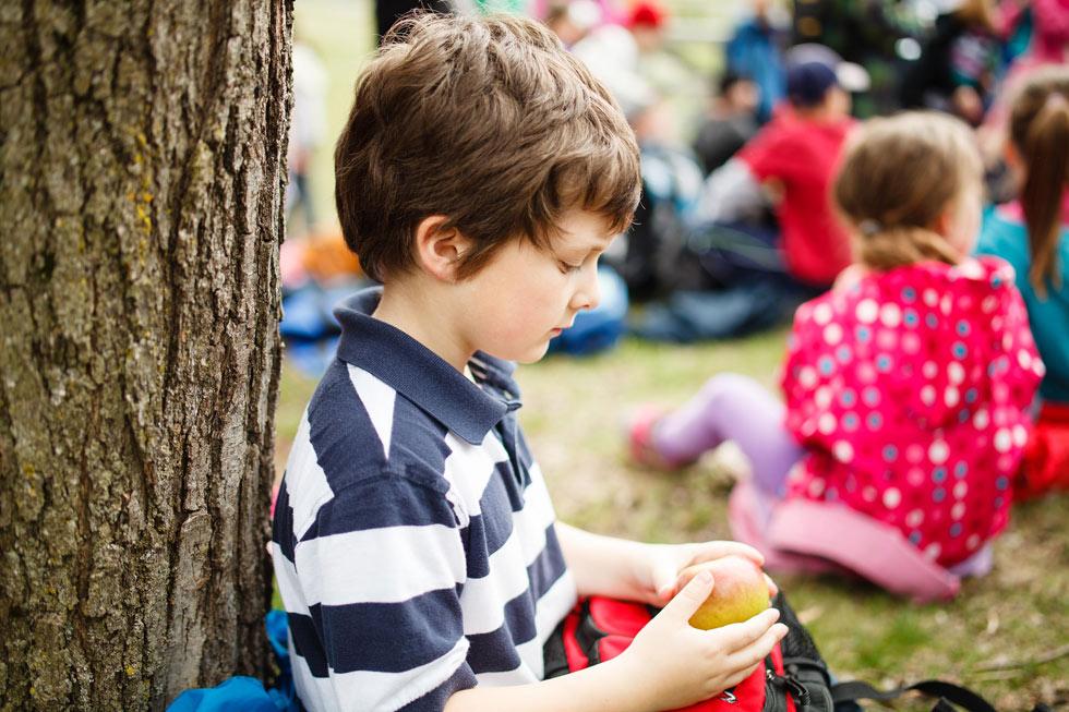 """""""ילד לא רוצה להיות ללא חברים - הוא רק מתרץ זאת בהתעניינות בדברים אחרים"""" (צילום: Shutterstock)"""